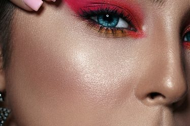 makeup trends 2020 pink eyeshadow smokey neon pink blush highlighter